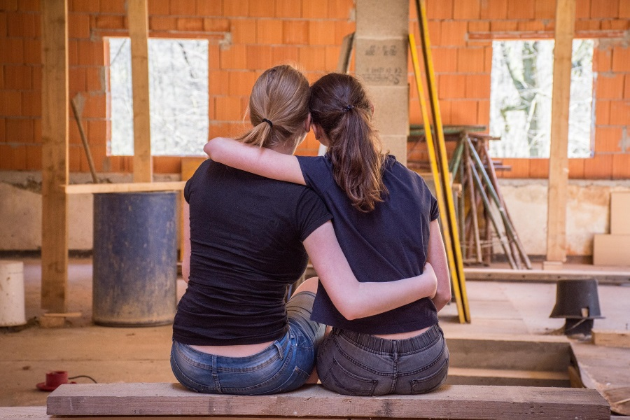 ristrutturazione completa, immagine rappresentativa di due ragazze che progettano casa