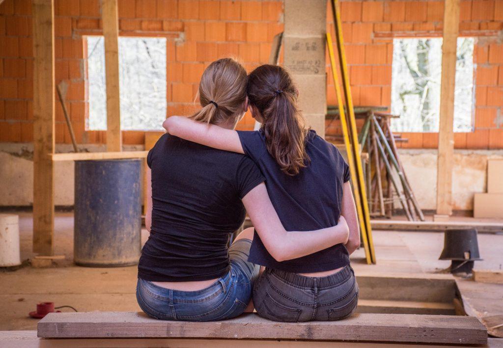 ristrutturazione casa per privati: due ragazze che progettano la loro nuova casa